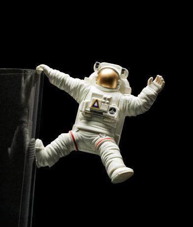 片手ひっかかり宇宙飛行士