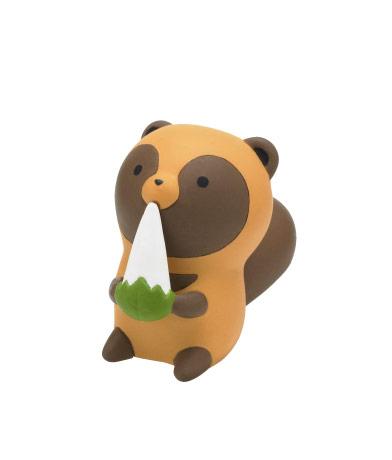 餅を食べるタヌキ
